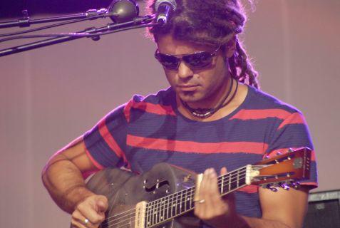 Ash Grunwald playing at Bluesfest 2011